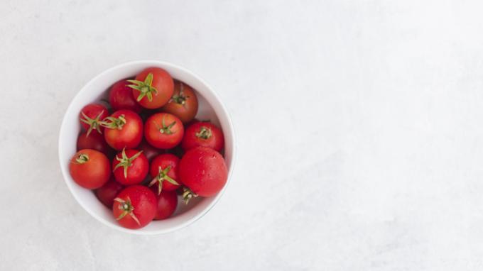 5 Cara Mudah Menanam Tomat Agar Berbuah Lebat: Jangan Tanam Terlalu Rapat hingga Atur Pencahayaan